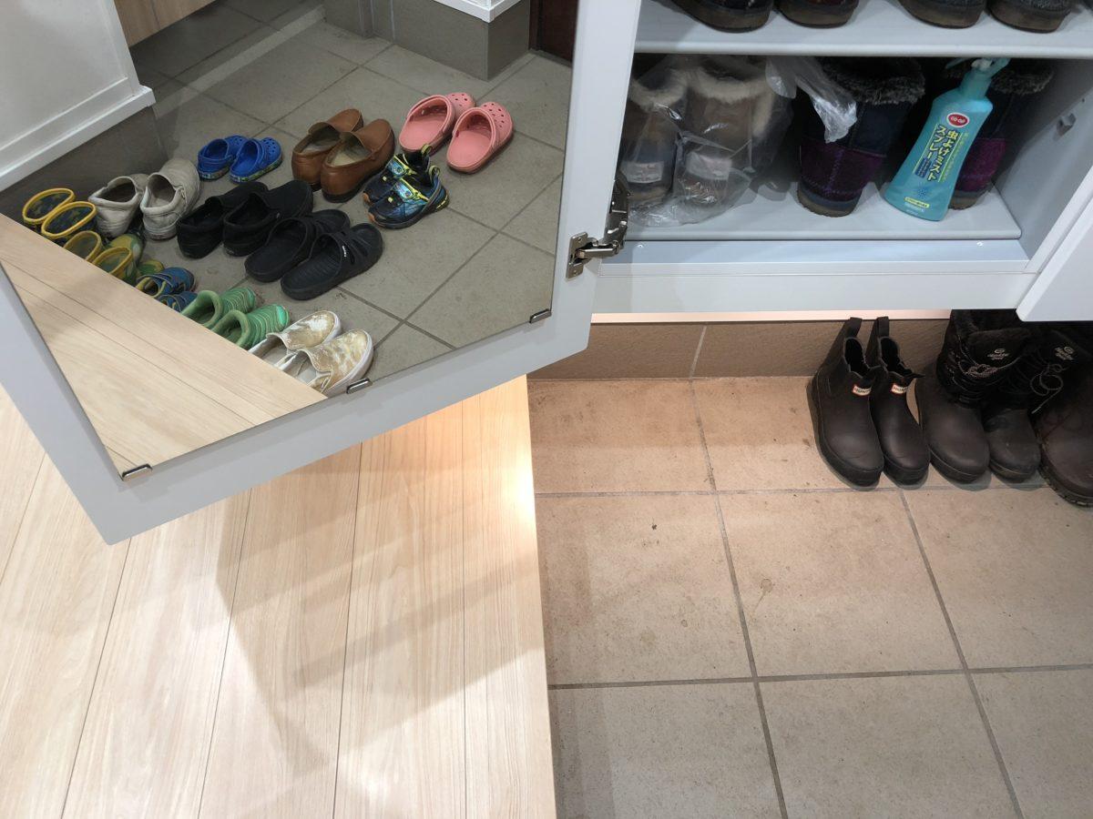 一条工務店アイスマートのシューズクロークに設置された鏡