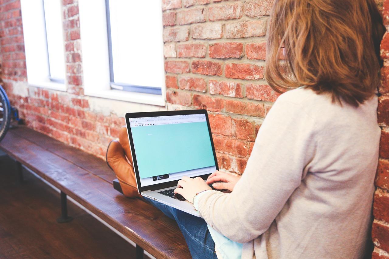 女性がパソコンを売っているところ