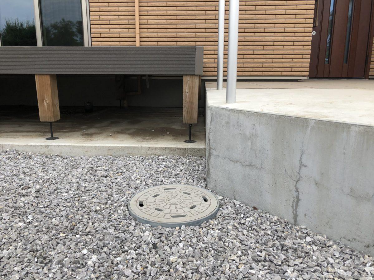 一条工務店の外構ウッドデッキと玄関ポーチの段差