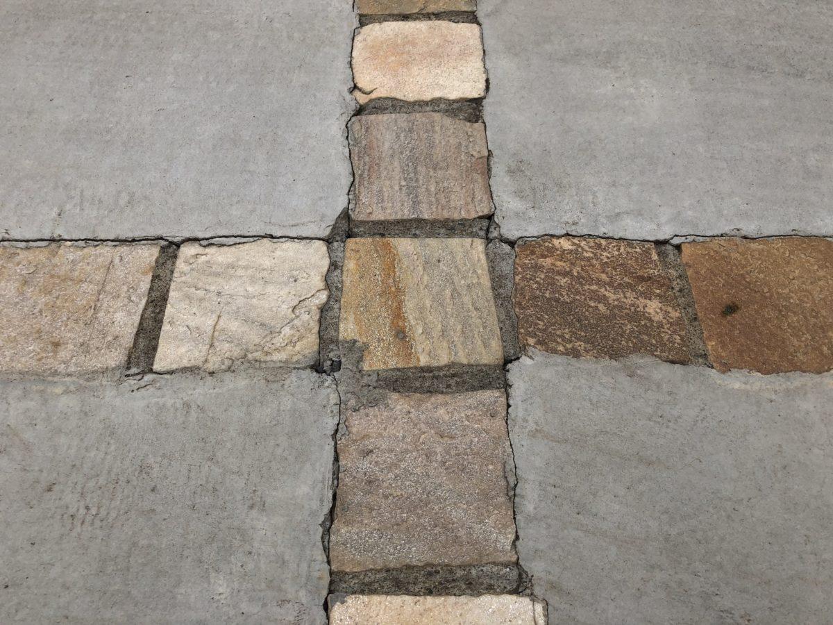 一条工務店の外構駐車場のピンコロ石